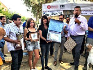 Els pares i germana de Sergio Melero recollint les plaques del memorial