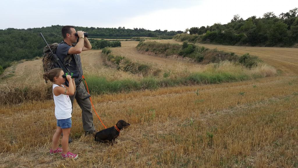 caçador i filla mirant a l'horitzóó